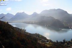 Τοπίο της λίμνης του Annecy στη Γαλλία Στοκ φωτογραφίες με δικαίωμα ελεύθερης χρήσης