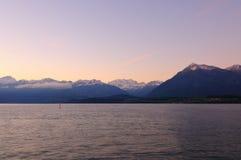 Τοπίο της λίμνης Thun το πρωί στοκ εικόνα