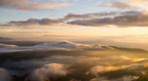 Τοπίο της ανατολής και της κινούμενης υδρονέφωσης στο βουνό και το λόφο στοκ φωτογραφία με δικαίωμα ελεύθερης χρήσης