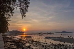 Τοπίο της αποβάθρας Rawai με την ανατολή ουρανού, Phuket, Ταϊλάνδη Αυτή η θέση είναι ένα καταπληκτικό σημείο ανατολής Λιμενική γέ Στοκ εικόνα με δικαίωμα ελεύθερης χρήσης