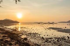 Τοπίο της αποβάθρας Rawai με την ανατολή ουρανού, Phuket, Ταϊλάνδη Αυτή η θέση είναι ένα καταπληκτικό σημείο ανατολής Λιμενική γέ Στοκ Εικόνες