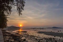Τοπίο της αποβάθρας Rawai με την ανατολή ουρανού, Phuket, Ταϊλάνδη Αυτή η θέση είναι ένα καταπληκτικό σημείο ανατολής Λιμενική γέ Στοκ φωτογραφία με δικαίωμα ελεύθερης χρήσης