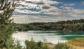 Τοπίο της δασικής μπλε λίμνης Στοκ φωτογραφία με δικαίωμα ελεύθερης χρήσης