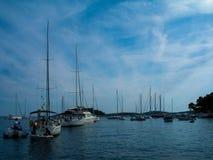 Τοπίο της θάλασσας με πολλές βάρκες Στοκ φωτογραφία με δικαίωμα ελεύθερης χρήσης