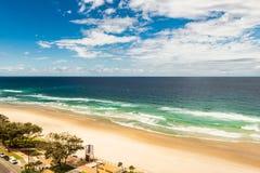 Τοπίο της θάλασσας, μπλε ουρανός, αμμώδης παραλία στο Gold Coast Αυστραλία στοκ εικόνα