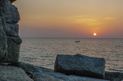 Τοπίο της θάλασσας με το δραματικό βράχο στο ηλιοβασίλεμα Παραλία Surin, Ταϊλάνδη Στοκ φωτογραφία με δικαίωμα ελεύθερης χρήσης