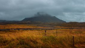 Τοπίο της Ισλανδίας, της ομίχλης και της βροχής Ένα ταξίδι σε μια μακρινή χώρα Στοκ φωτογραφία με δικαίωμα ελεύθερης χρήσης