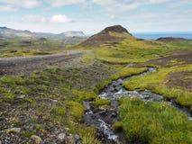 Τοπίο της Ισλανδίας με το δρόμο και τους λόφους Στοκ φωτογραφία με δικαίωμα ελεύθερης χρήσης