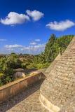 Τοπίο της Ιταλίας: Επαρχία Apulia Valle d& x27 Itria, έδαφος Cisternino Άποψη από τη στέγη ενός trullo: λόφοι με την ελιά Στοκ φωτογραφίες με δικαίωμα ελεύθερης χρήσης