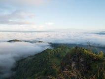 Τοπίο της κίνησης της υδρονέφωσης στο βουνό και το λόφο στοκ εικόνες