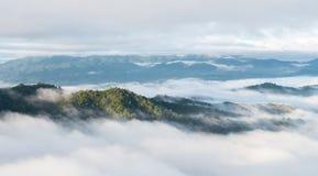 Τοπίο της κίνησης της υδρονέφωσης στο βουνό και το λόφο στοκ φωτογραφία με δικαίωμα ελεύθερης χρήσης