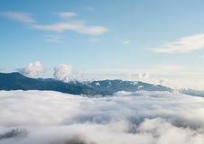 Τοπίο της κίνησης της υδρονέφωσης στο βουνό και το λόφο στοκ φωτογραφίες με δικαίωμα ελεύθερης χρήσης