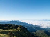Τοπίο της κίνησης της υδρονέφωσης στο βουνό και το λόφο στοκ εικόνα με δικαίωμα ελεύθερης χρήσης