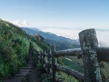 Τοπίο της κίνησης της υδρονέφωσης στο βουνό και το λόφο στοκ φωτογραφίες