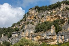 Τοπίο της κοιλάδας ποταμών Dordogne μεταξύ του Λα roque-Gageac και Castelnaud, Aquitaine στοκ εικόνα