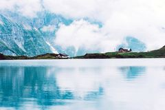 Τοπίο της λίμνης με το εξοχικό σπίτι Στοκ Φωτογραφία