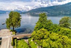 Τοπίο της λίμνης Maggiore στη θερινή ημέρα, Ιταλία Στοκ εικόνα με δικαίωμα ελεύθερης χρήσης