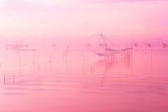 Τοπίο της μεγάλης τοπικής παγίδας αλιείας στη θάλασσα, ρόδινο χρώμα κρητιδογραφιών με την εκλεκτική εστίαση και μαλακός Στοκ Εικόνα