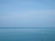 Τοπίο της μικρής βάρκας στη θάλασσα στο AO Khung Wiman, Chanthabur Στοκ φωτογραφία με δικαίωμα ελεύθερης χρήσης
