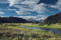 Τοπίο της Παταγωνίας με τον ποταμό και τα βουνά, κοντά σε Chalten, Παταγωνία, Αργεντινή στοκ εικόνα με δικαίωμα ελεύθερης χρήσης
