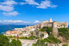 Τοπίο της παλαιάς πόλης Gaeta με το κάστρο, Ιταλία Στοκ φωτογραφία με δικαίωμα ελεύθερης χρήσης