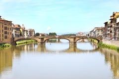 Τοπίο της πόλης Ιταλία της Φλωρεντίας ποταμών Arno στοκ εικόνες