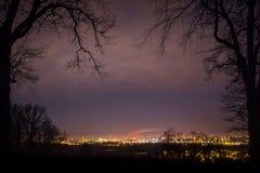 Τοπίο της πόλης τή νύχτα και περιγράμματα των δέντρων, Szczecin, Πολωνία Στοκ εικόνα με δικαίωμα ελεύθερης χρήσης