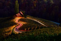 Τοπίο της Σλοβενίας, δρόμος μορφής αρσενικών ελαφιών, οινοποιία, σκηνή φθινοπώρου, φύση, βουνά στοκ εικόνες με δικαίωμα ελεύθερης χρήσης
