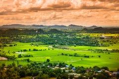 Τοπίο της Ταϊλάνδης της αγροτικής πόλης και moutain κάτω από το μπλε ουρανό Στοκ Εικόνες