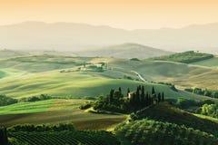 Τοπίο της Τοσκάνης στην ανατολή Tuscan αγροτικό σπίτι, αμπελώνας, λόφοι Στοκ Εικόνες