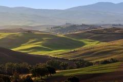Τοπίο της Τοσκάνης στην ανατολή Tuscan αγροτικό σπίτι, αμπελώνας, πράσινοι λόφοι Στοκ Εικόνα