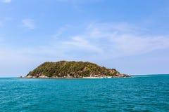 Τοπίο της τροπικής παραλίας νησιών με τον ουρανό Στοκ Εικόνα