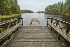 Τοπίο της Φινλανδίας με τη δασικής και ξύλινης αποβάθρα λιμνών, Φύση Στοκ εικόνα με δικαίωμα ελεύθερης χρήσης