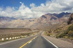 Τοπίο τοπίου βουνών με την κενή οδό στοκ φωτογραφίες