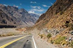 Τοπίο τοπίου βουνών με την κενή οδό στοκ φωτογραφία με δικαίωμα ελεύθερης χρήσης