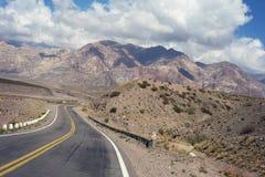 Τοπίο τοπίου βουνών με τον κενό δρόμο στοκ φωτογραφία