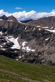 Τοπίο τοπίων βουνών με το μπλε ουρανό επάνω από το timberline Στοκ εικόνα με δικαίωμα ελεύθερης χρήσης