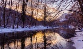 Τοπίο του άγριου ποταμού με την αντανάκλαση ουρανού ηλιοβασιλέματος στα βουνά, το χειμώνα Στοκ εικόνες με δικαίωμα ελεύθερης χρήσης
