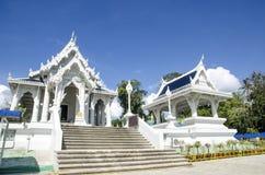 Τοπίο του άσπρου ναού στην πόλη Krabi, Ταϊλάνδη Στοκ Φωτογραφία