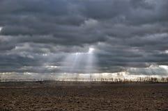 Τοπίο του ήλιου μέσω των σύννεφων Στοκ Εικόνες