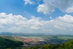 Τοπίο του ανθρακωρυχείου με νεφελώδη, βουνό στην Ασία Moh lampang Ταϊλάνδη Στοκ εικόνα με δικαίωμα ελεύθερης χρήσης