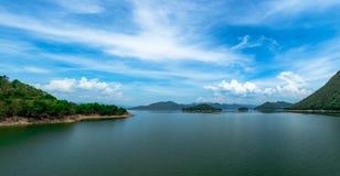 Τοπίο του βουνού με τον όμορφο μπλε ουρανό και των άσπρων σύννεφων στο φράγμα Kaeng Krachan στην Ταϊλάνδη Όμορφη άποψη Kaengkrach στοκ φωτογραφίες