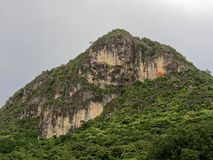Τοπίο του βουνού Khao Lom Muak κοντά στον κόλπο AO Manao στην επαρχία Prachuap Khiri Khan, Ταϊλάνδη Στοκ εικόνες με δικαίωμα ελεύθερης χρήσης