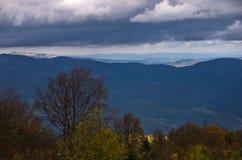 Τοπίο του βουνού Radocelo με τα σκοτεινά σύννεφα πριν από μια θύελλα Στοκ Φωτογραφίες