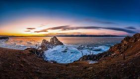 Τοπίο του βράχου Shamanka στο ηλιοβασίλεμα με το φυσικό σπάζοντας πάγο στο παγωμένο νερό στη λίμνη Baikal, Σιβηρία, Ρωσία στοκ φωτογραφία
