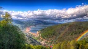 Τοπίο του εθνικού πάρκου Mavrovo με το ουράνιο τόξο, το βουνό και τη λίμνη, FYR Μακεδονία στοκ εικόνα