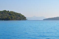 Τοπίο του μπλε ουρανού και του νησιού θάλασσας Στοκ φωτογραφία με δικαίωμα ελεύθερης χρήσης