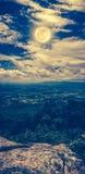 Τοπίο του νυχτερινού ουρανού με τη νεφελώδη και φωτεινή πανσέληνο στο τ Στοκ Εικόνες