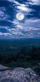 Τοπίο του νυχτερινού ουρανού με τη νεφελώδη και φωτεινή πανσέληνο στο τ Στοκ φωτογραφία με δικαίωμα ελεύθερης χρήσης