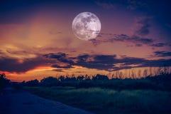 Τοπίο του ουρανού με τη πανσέληνο τη νύχτα Φύση ηρεμίας backg στοκ εικόνες